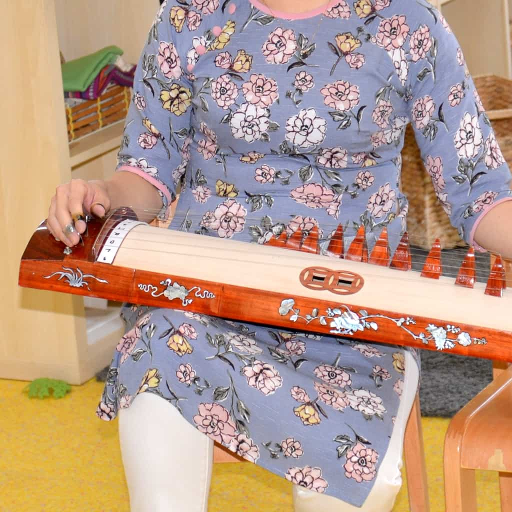 Rolling-Fun-Vietnamese-zither